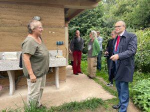 Erwin Sellering besichtigt die Europäische Bildungsstätte für Lehmbau in Wangelin